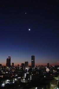 新宿に昇る細い月と金星とアンタレス